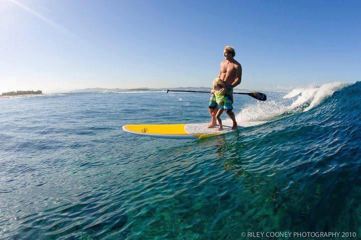 Robby Naish fait du Stand Up Paddle avec sa petite fille